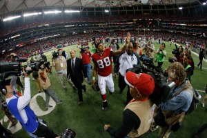 Tony Gonzalez says farewell to Atlanta. (Photo Credit: Kevin C. Cox/Getty Images)