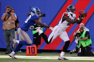 EAST RUTHERFORD, NJ - SEPTEMBER 20: Julio Jones #11 of the Atlanta Falcons completes a first down reception in the fourth quarter under pressure from Prince Amukamara #20 of the New York Giants at MetLife Stadium on September 20, 2015 in East Rutherford, New Jersey. The Atlanta Falcons defeatedthe New York Giants 24-20. (Photo by Al Bello/Getty Images)