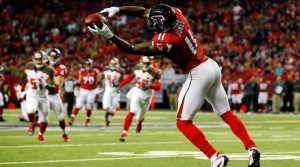 ATLANTA, GA - NOVEMBER 01:  Julio Jones #11 of the Atlanta Falcons makes a catch during the first half against the Tampa Bay Buccaneers at the Georgia Dome on November 1, 2015 in Atlanta, Georgia.  (Photo by Kevin C. Cox/Getty Images)